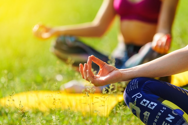 Meisjes die yoga buiten in het bos in de ochtend stellen