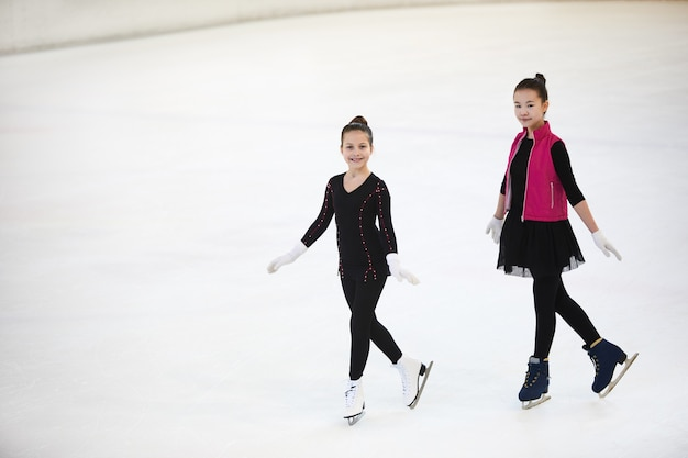 Meisjes die zich voordeed op ijsbaan