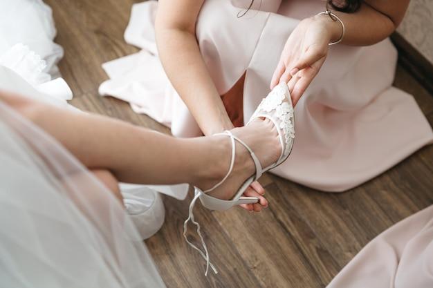 Meisjes dragen bruid aan huwelijk