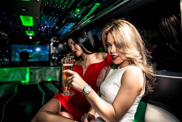 Meisjes feesten in een limousine
