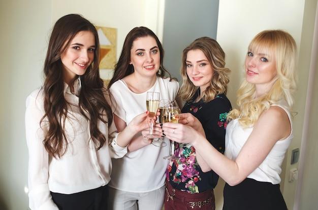 Meisjes feliciteren vriend met zijn verjaardag.