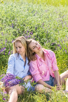 Meisjes genieten van de natuur