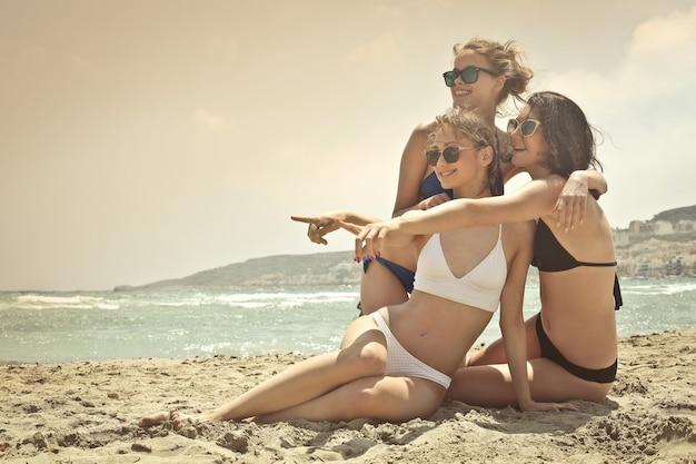 Meisjes genieten van het strand