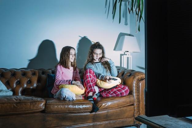 Meisjes genieten van tv-show