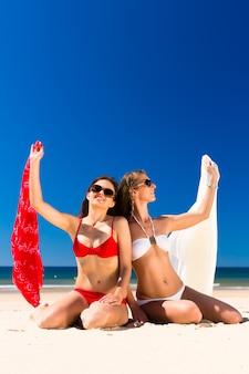 Meisjes genieten van vrijheid op het strand