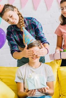 Meisjes geven cadeau aan hun vriend tijdens verjaardag