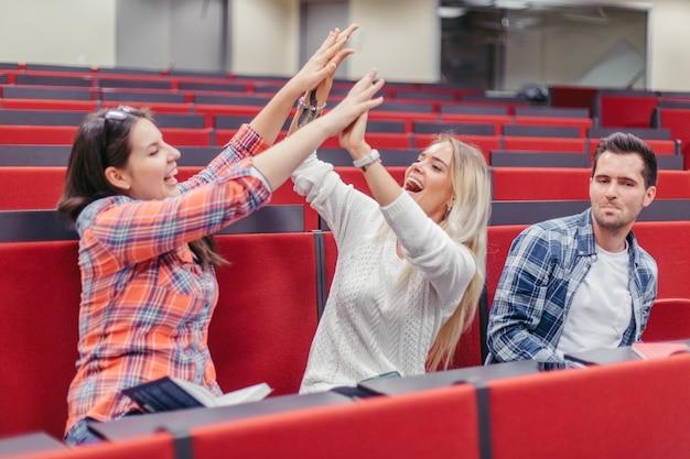 Meisjes geven high five en alone guy