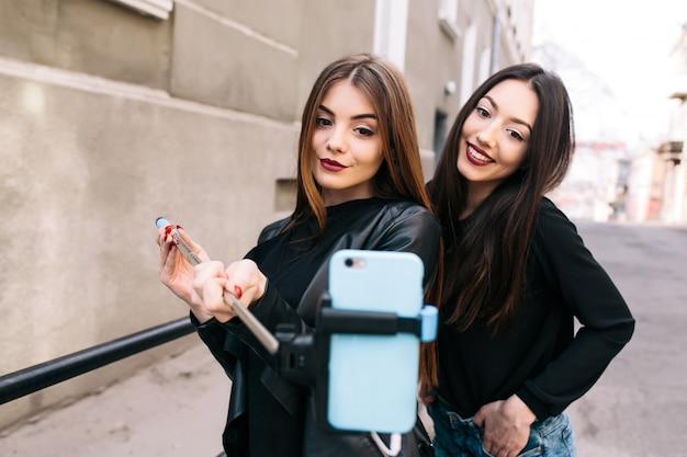 Meisjes glimlachen terwijl het nemen van een foto