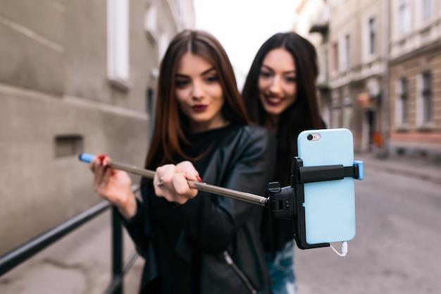 Meisjes glimlachen terwijl het nemen van een selfie
