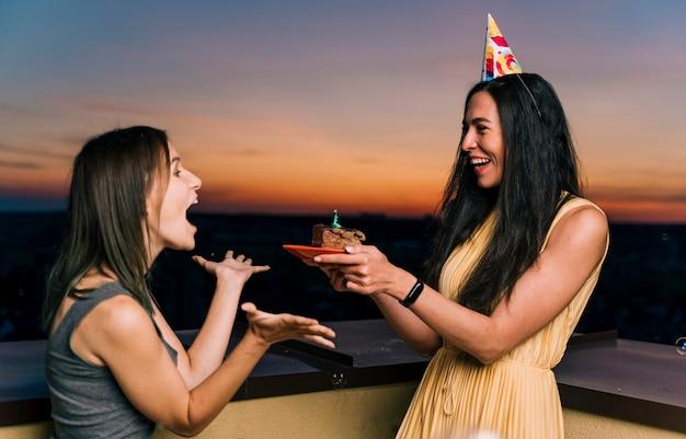Meisjes hebben plezier op dakfeestje