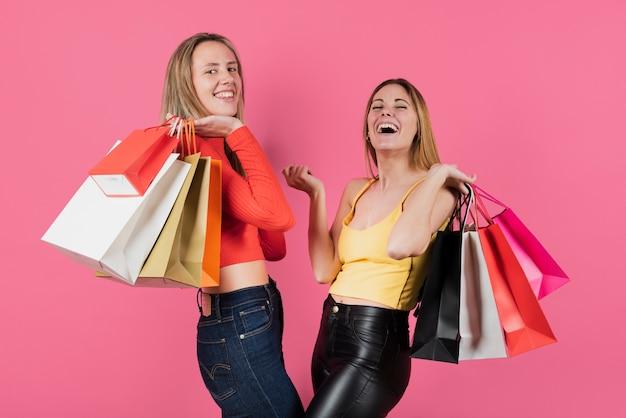 Meisjes houden van boodschappentassen