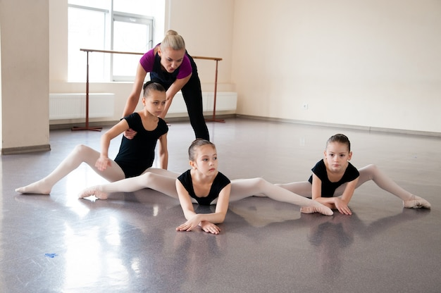 Meisjes houden zich bezig met choreografie in de balletles.