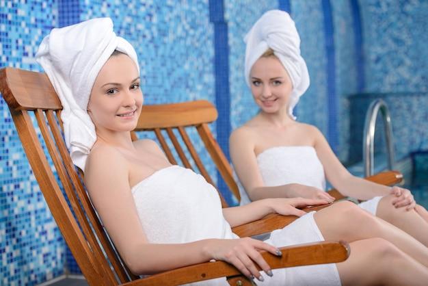 Meisjes in badjas in spa salon