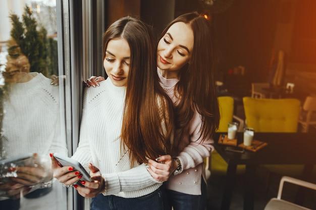 Meisjes in café