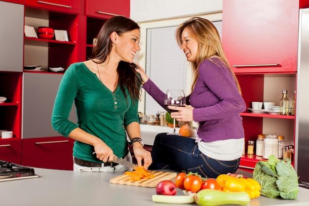 Meisjes in de keuken