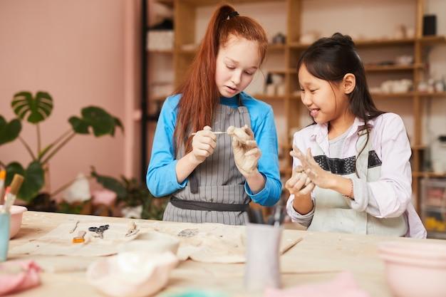 Meisjes in de pottenbakkerij