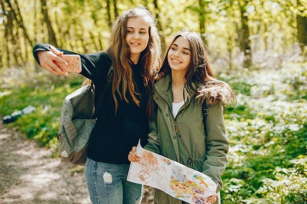 Meisjes in een bos