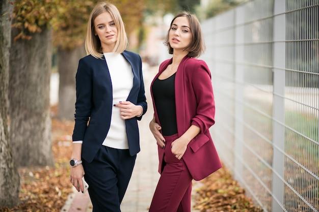 Meisjes in een pak