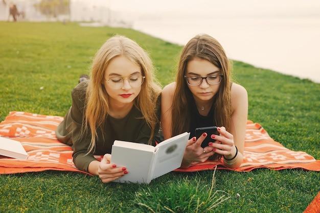 Meisjes in een park
