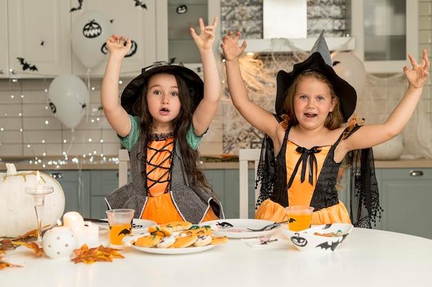 Meisjes in het griezelige concept van het heksenkostuum