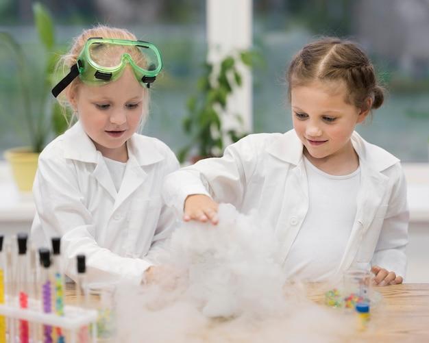 Meisjes in het laboratorium