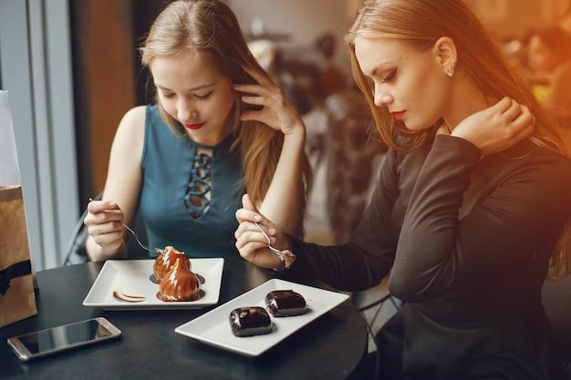 Meisjes in restaurant