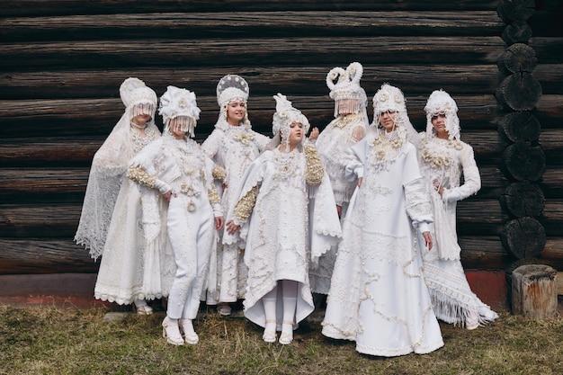 Meisjes in witte etnische russische kleding