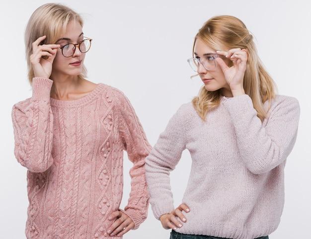 Meisjes kijken elkaar met een bril