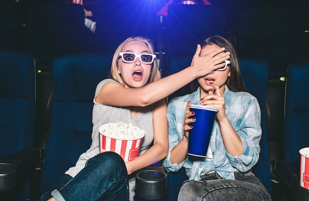 Meisjes kijken naar een horrorfilm