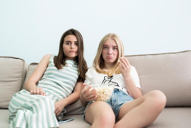 Meisjes kijken naar een trieste film