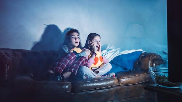 Meisjes kijken naar enge film alleen