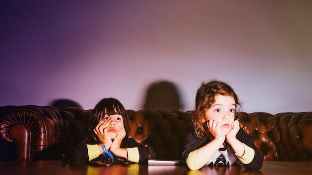 Meisjes kijken naar film in de donkere kamer