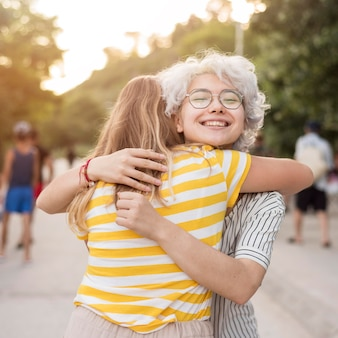 Meisjes knuffelen elkaar na het einde van de quarantaine