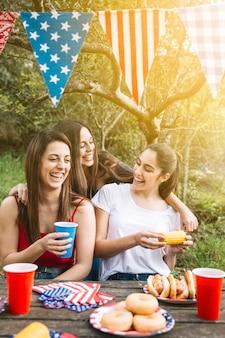 Meisjes lachen aan tafel in het park