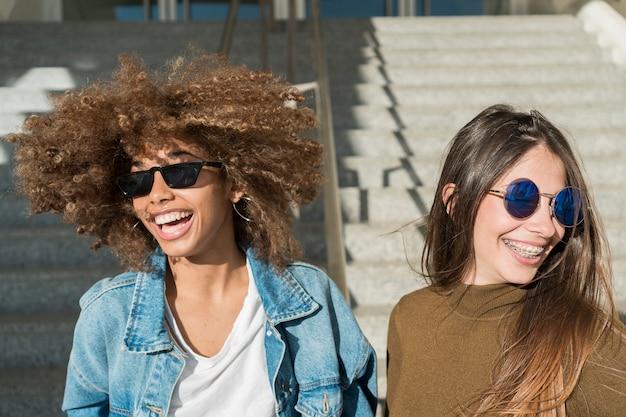 Meisjes lachen samen buitenshuis