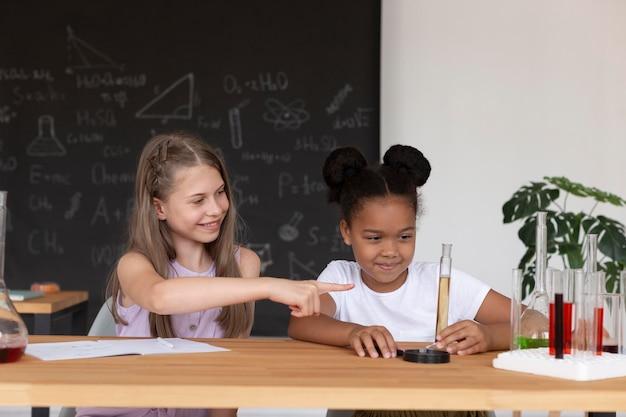 Meisjes leren meer over scheikunde in de klas