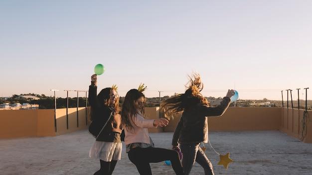 Meisjes lopen op het dak