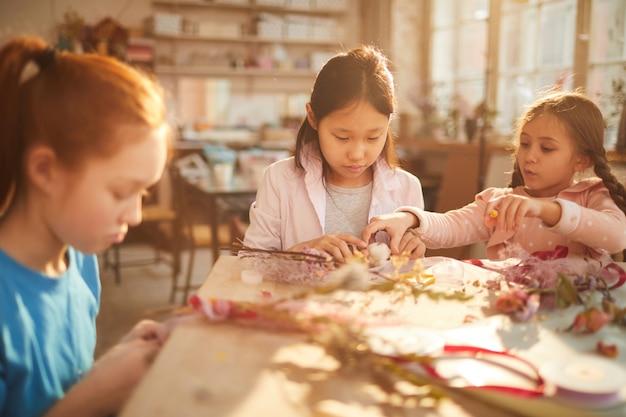 Meisjes maken bloemkransen