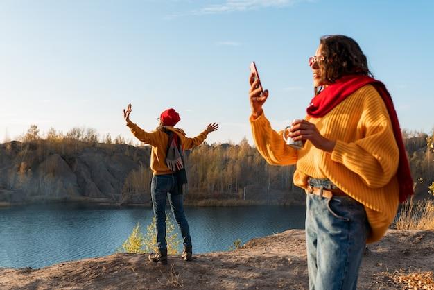 Meisjes maken een selfie van de herfstnatuur