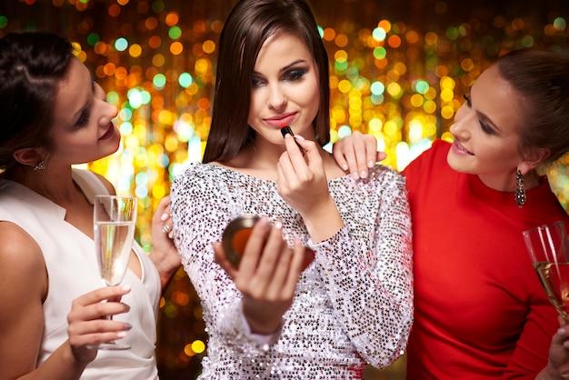 Meisjes maken zich klaar voor een goed feest