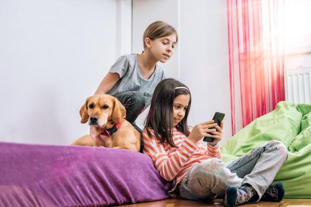 Meisjes met behulp van slimme telefoon