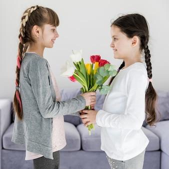 Meisjes met bloemen