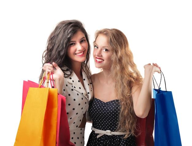 Meisjes met boodschappentassen