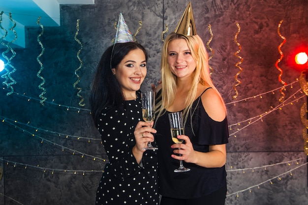 Meisjes met champagneglas op oudejaarsavond
