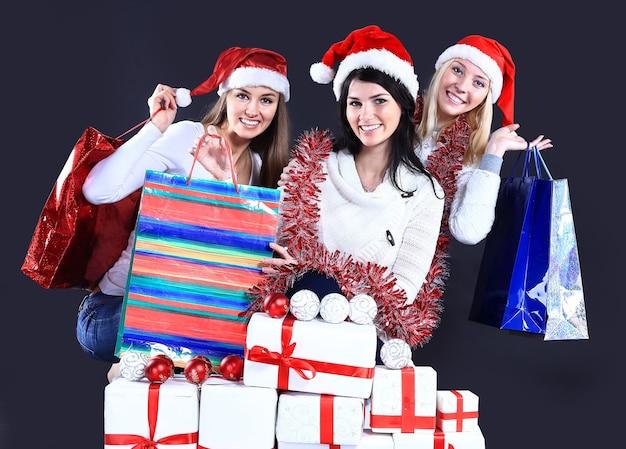 Meisjes met een nieuwjaarsgeschenk op een donkere achtergrond