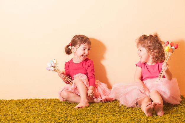 Meisjes met eieren op de paaseierenjacht