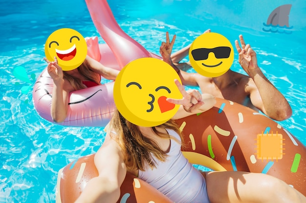 Meisjes met emoji-gezichten bij het zwembad