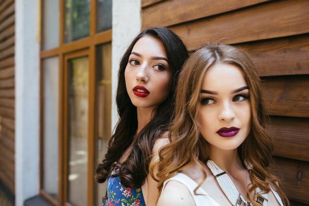 Meisjes met geschilderde lippen