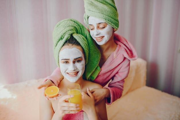 Meisjes met gezichtsmasker
