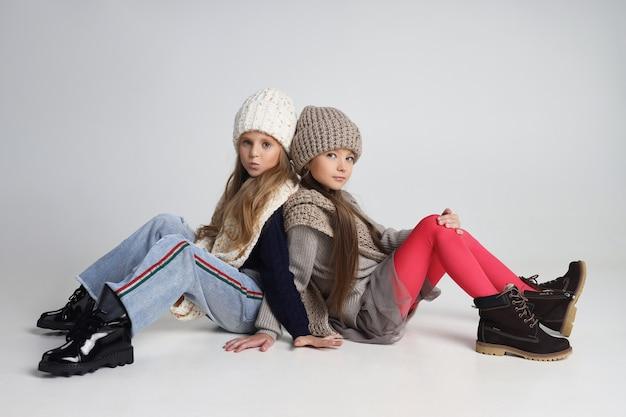 Meisjes met jassen en hoeden voor koud herfstweer